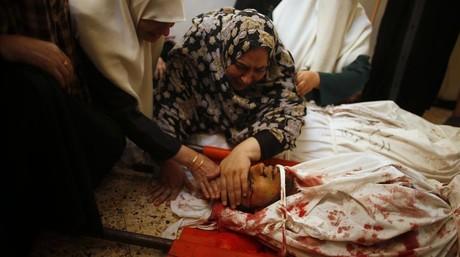 Una madre palestina se despide de su hijo, muerto durante un ataque israel�, ayer.