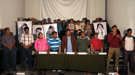 Familiares de los estudiantes desaparecidos tras reunirse con Pe�a Nieto
