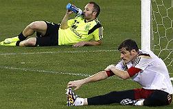 Iniesta y Casillas, en un entrenamiento de la selecci�n.