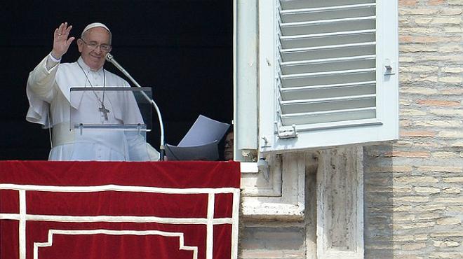 Oracions a la pla�a de Sant Pere pels 700 immigrants morts despr�s de naufragar un pesquer davant de les costes de L�bia.