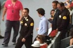 Moment en què diversos membres de seguretat van acompanyar el petit Nicolás a sortir de la pista.