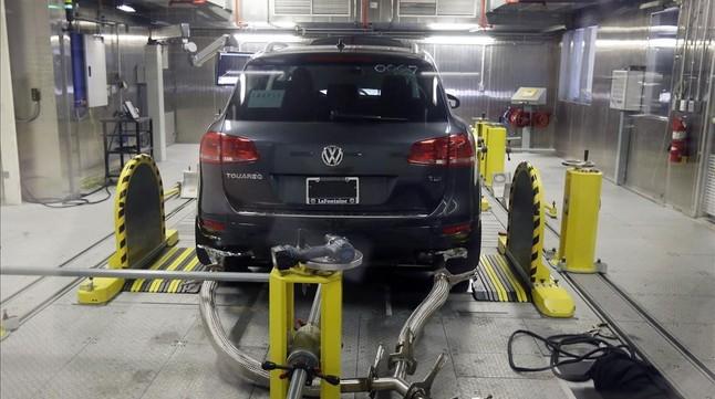 Prueba de emsiones de gases de un Volkswagen en un laboratorio de la agencia de protección del medio ambiente de EEUU.