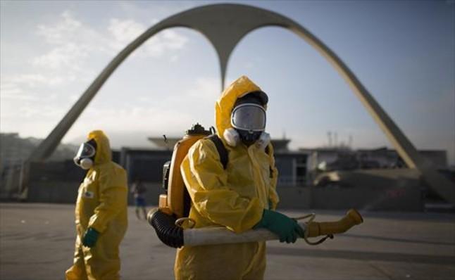 Empleados sanitarios rocían insecticida para combatir el zika en el Sambodromo de Río de Janeiro.