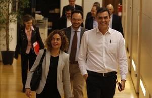Pedro Sanchez, junto a la diputada Meritxell Batet, este jueves en el Congreso.
