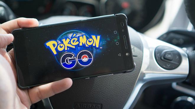 Vídeo que muestra el impacto de un vehículo contra un coche policial a causa de Pokémon Go