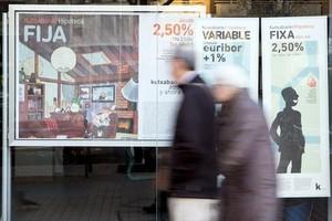 Hipotecas 8Una sucursal bancaria con publicidad de hipotecas variables.