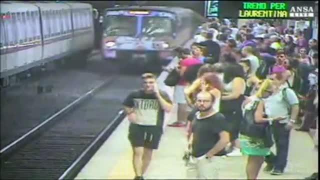 Una mujer, atrapada por las puertas de un vagón, arrastrada en el metro de Roma