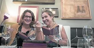 Ada Castells (izquierda) y Ada Parellada (derecha), en el restaurante Semproniana, que acogerá las cenas literarias y talleres gastronómicos.