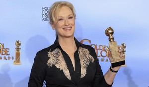 lmmarco18008643 actress meryl streep poses with her award for best performan171215130046