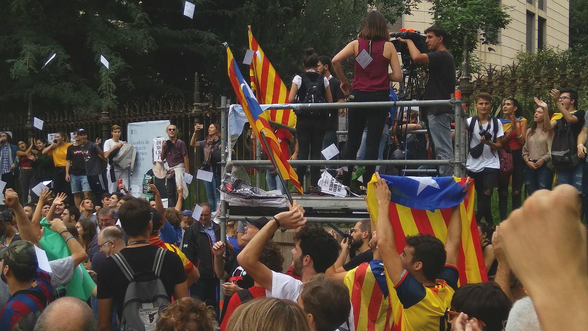 Periodistas durante un acto independentista en la plaza de la Universitat.