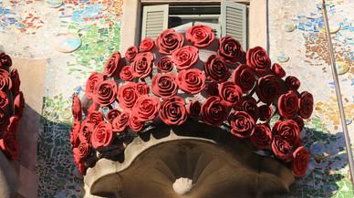 Un balcón de la Casa Batlló, decorado con rosas.