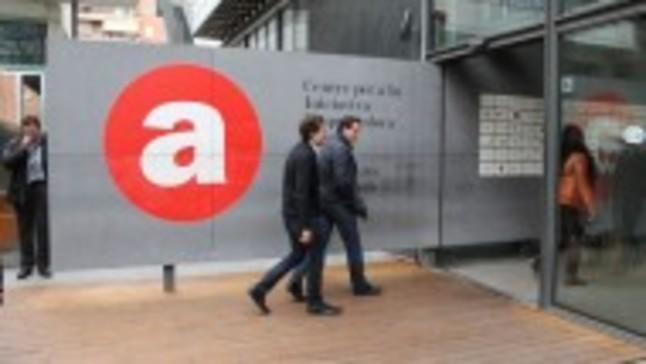 Barcelona rebaja el presupuesto de la oficina de atenci n for Oficina correos cornella