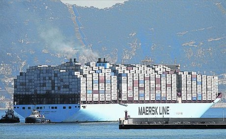 Un barco parte hacia Asia desde el puerto de Algeciras.