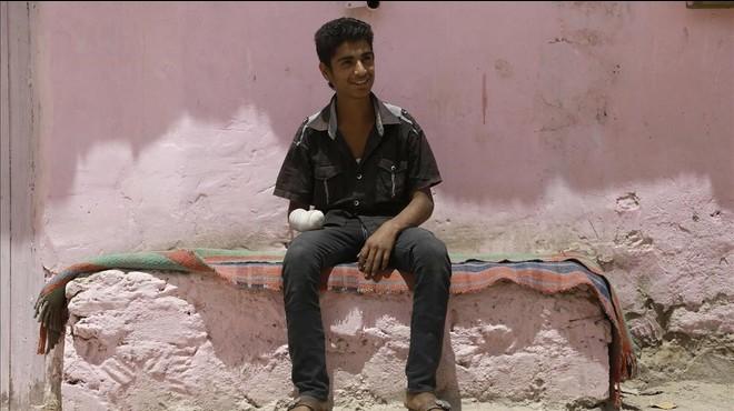 Bashar Qassem, de 16 a�os, sentado en el exterior de su casa, en la ciudad de Al-Hol (noreste de Siria), el 31 de mayo.