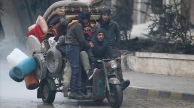 Ciutadans de la ciutat siriana d'Alep fugen en un tricicle de les zones en combat.