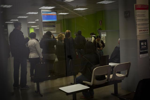 El paro baja en personas por el desplome de la - Oficina empleo barcelona ...