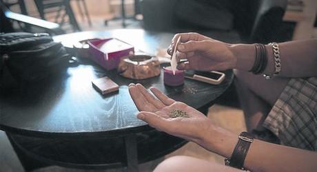 Consumidores de cannabis en una asociaci�n situada en Barcelona.