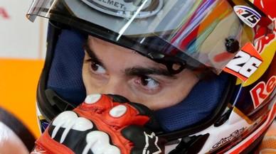 Dani Pedrosa, meditando en el taller del equipo Repsol-Honda de Alemania