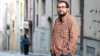 D�dac Alf�rez, en una calle junto a su dimicilio.