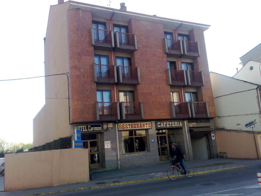 Fachada principal del Hotel El Carmen, en Bembibre.