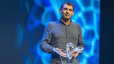 El activista Òscar Camps, último ganador, al recibir el premio en la gala celebrada en el TNC en abril del 2016.