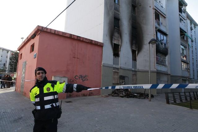 Una ni a muerta y 12 personas heridas en fuego en cornell for Correos cornella de llobregat