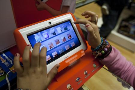 Una ni�a curiosea una 'tablet'.