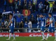 Los jugadores del Espanyol abandonan el campo tras la derrota contra el Barça.