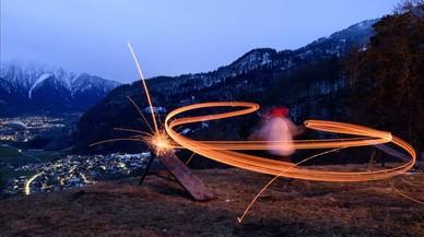 Un nen llança des d'una muntanya trossos de fusta en flames en la tradició anomenada Schybaschlaha i que suposadament expulsa l'hivern.