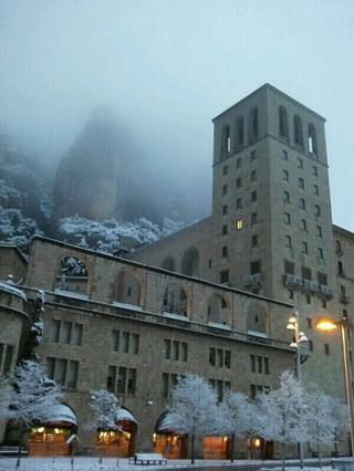 Espectacular el aspecto esta mañana de Montserrat tras la nevada.