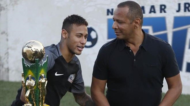 Neymar y su padre, durante un torneo ben�fico en Brasil, en julio pasado.