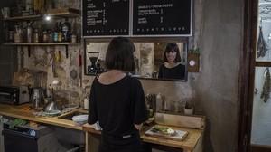 Lucía López es la propietaria de Espai Joliu, una cafetería, 'plant concept store' y galería de arte del Poblenou