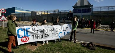 El Parlament reclama la clausura de los centros para extranjeros