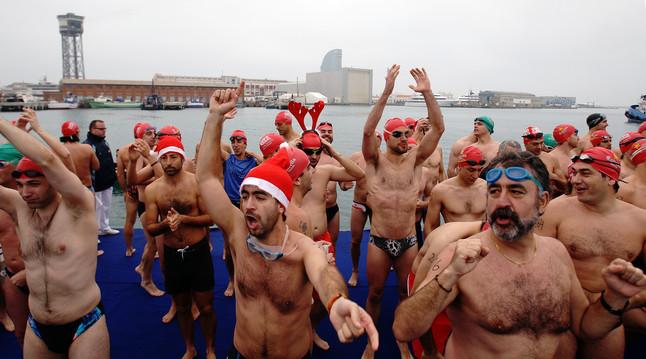 Alrededor de 400 nadadores participan en el puerto de Barcelona en la Copa Nadal