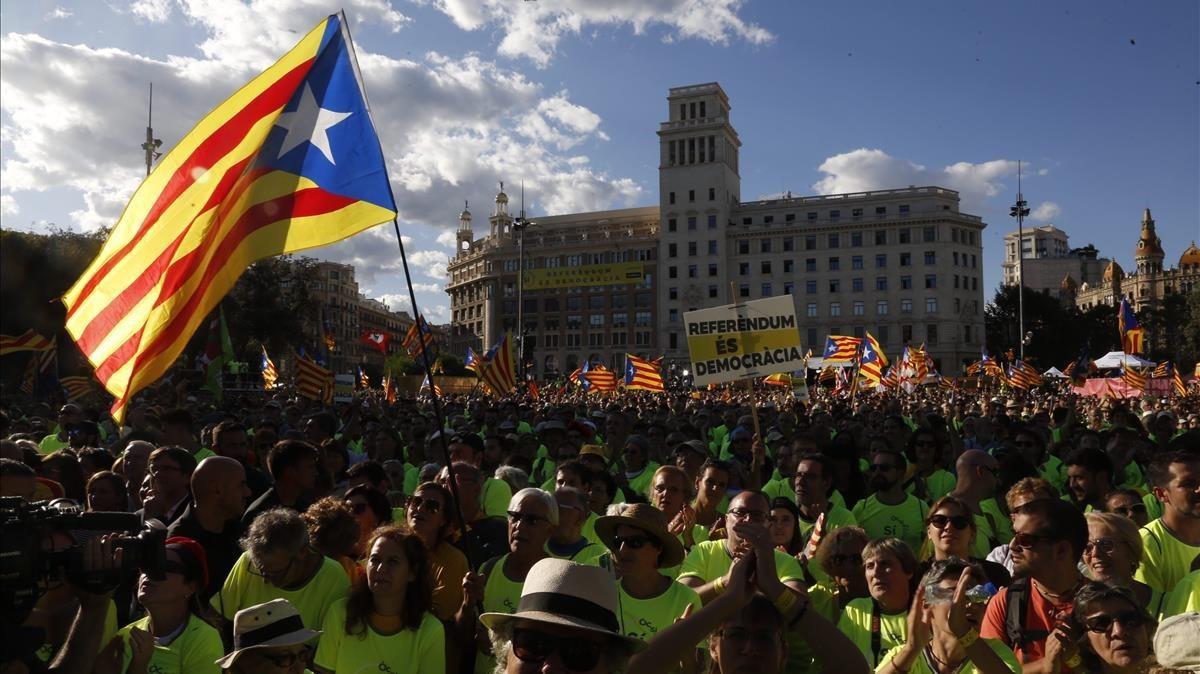 La plaça Catalunya llena de manifestantes.