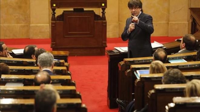 El 'president' Carles Puigdemont, en el pleno del Parlament.