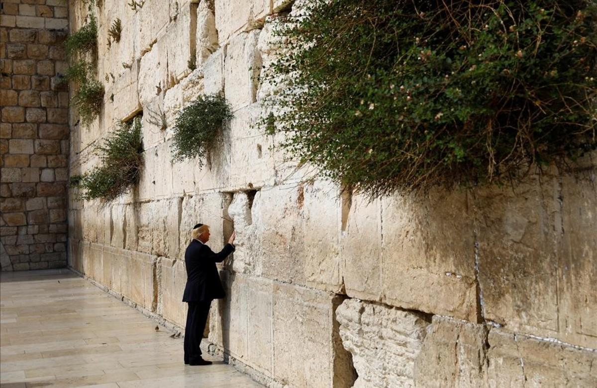 El presidente estadounidense Donald Trump, reza frente al Muro de las Lamentaciones durante su visita a Jerusalén, Israel.