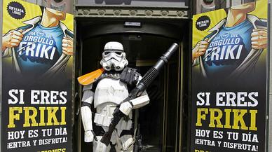 Un Storm Trooper (soldado de la fuerza oscura de 'Star Wars') frente a un cartel para 'reclutar' frikis.