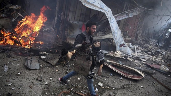 Un hombre sirio portando el cuerpo sin vida de un ni�o asesinado durante los bombardeos efectuados en la ciudad de Douma, Siria.