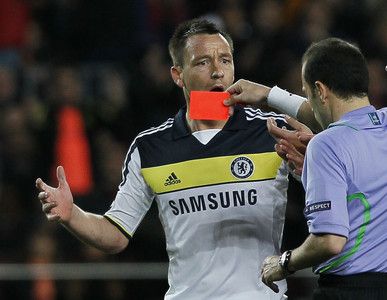 El rbitro ensea tarjeta roja al jugador del Chelsea, John Terry, durante el partido de semifinales de la Champions contra el Bara.