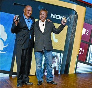 Steve Ballmer (Microsoft, izquierda) y Stephen Elop (Nokia), ayer.