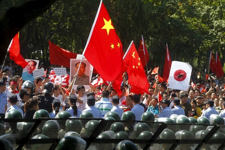 Miles de chinos se manifiestan ante la Embajada de Japn en Pekn, fuertemente custodiada por la polica. 