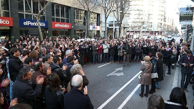 Concentración para celebrar la vuelta de Marc Marginedas frente a la puerta de El Periódico.