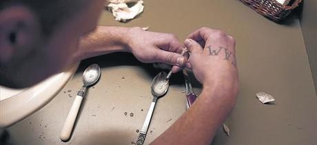 Un drogroaddicte es prepara una dosi a la ciutat de Saint Johnsbury, a l'estat nord-americ� de Vermont, el febrer passat.