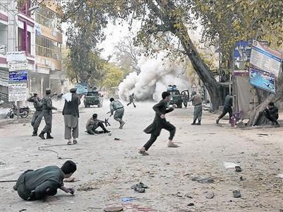 Civiles y militares afganos corren tras el atentado suicida cometido en Jalalabad, este s�bado.