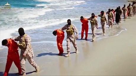 Yihadistas del EI conducen a los cristianos et�opes por una playa de Libia.