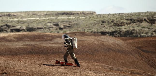 Un geòleg treballa amb aparells que seran utilitzats en una futura exploració marciana.
