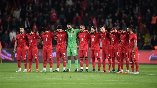 Los jugadores turcos respetan el minuto de silencio antes del partido de ayer, en Estambul.