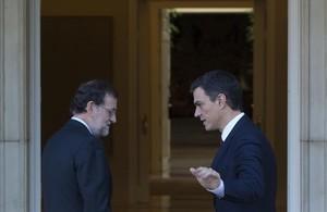 El presidente en funciones, Mariano Rajoy, y el socialista Pedro Sánchez, el pasado 23 de diciembre, en La Moncloa.
