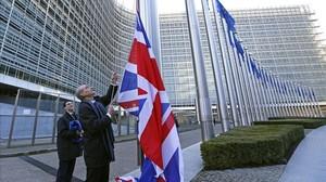 La bandera británica es izada ante las instituciones europeas con motivo de la visita de Cameron, el martes.